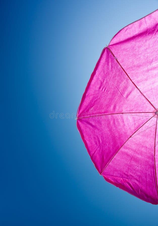 Umrella de plage avec le ciel bleu photographie stock