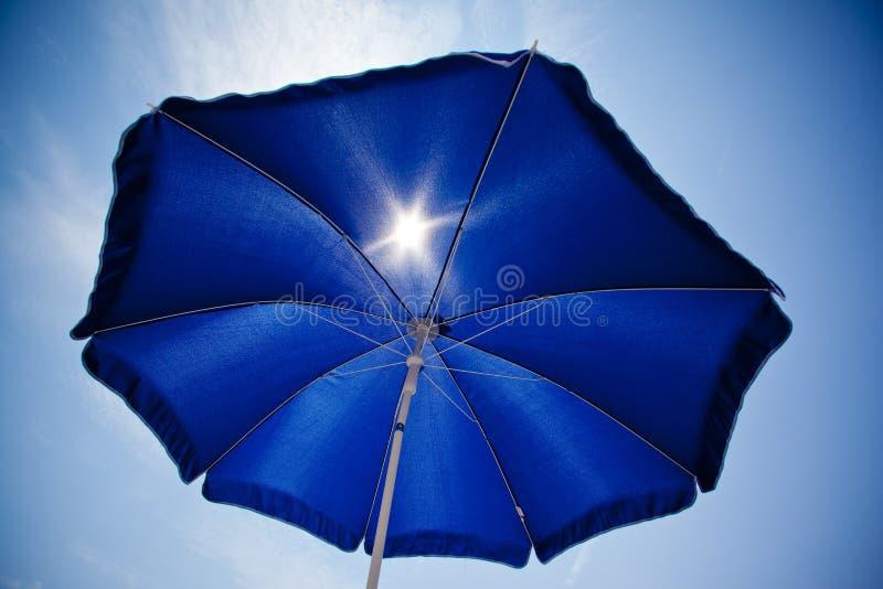 Umrella de plage avec le ciel bleu image libre de droits