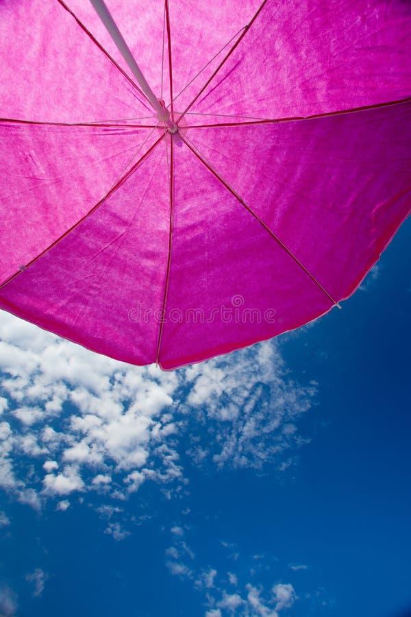 Umrella de plage avec le ciel bleu photographie stock libre de droits