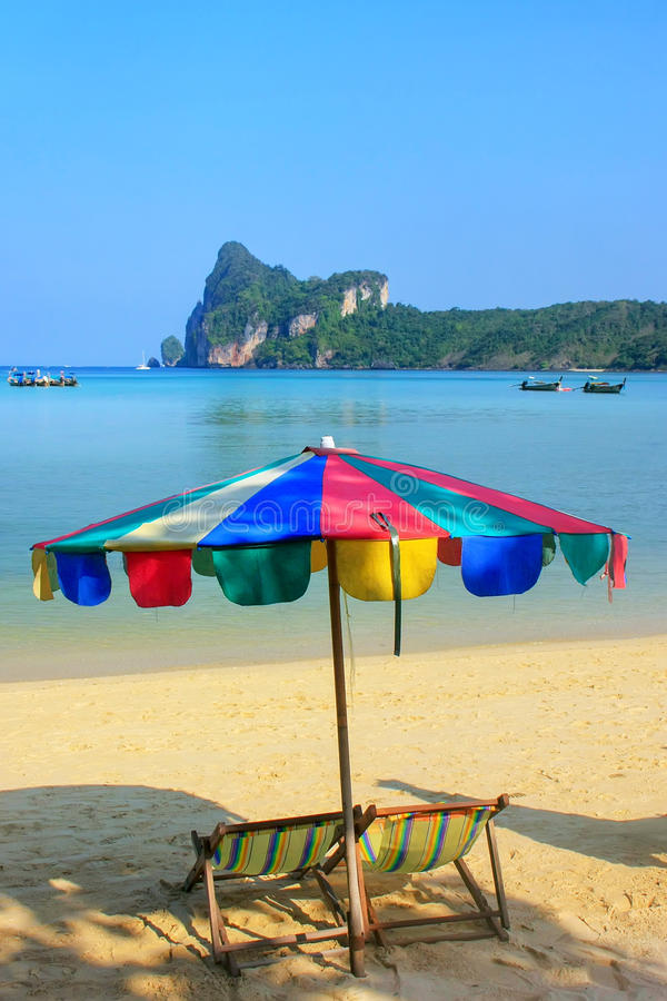 Umrella en sunchairs bij Ao Loh Dalum strand op Phi Phi Don Islan royalty-vrije stock fotografie