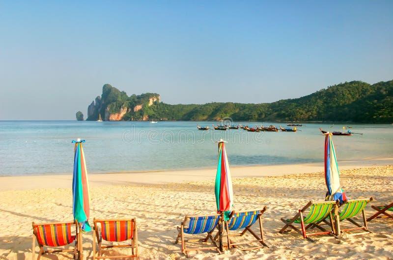 Umrellas en sunchairs bij Ao Loh Dalum strand op Phi Phi Don Isla royalty-vrije stock afbeeldingen