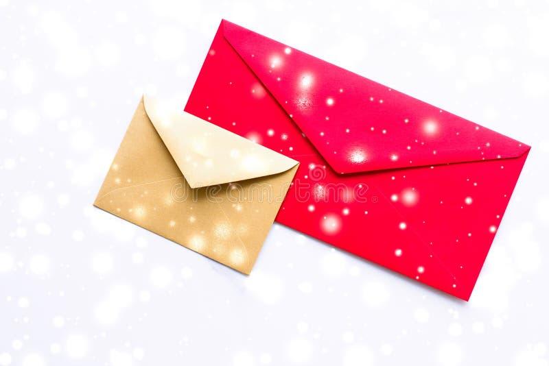 Umschläge des Winterurlaubleeren papiers auf Marmor Entwurf mit flatlay Hintergrund des glänzenden Schnees, Liebesbrief oder der  lizenzfreie stockfotografie