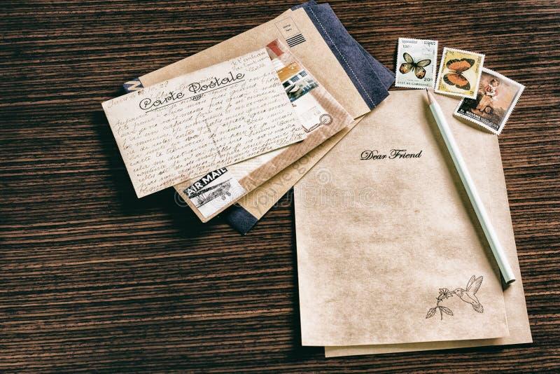 Umschläge, Stempel, Bleistift und Papier stockfotos