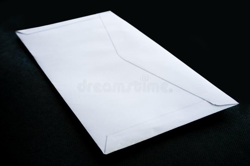 Umschlag auf schwarzem Hintergrund stockfoto