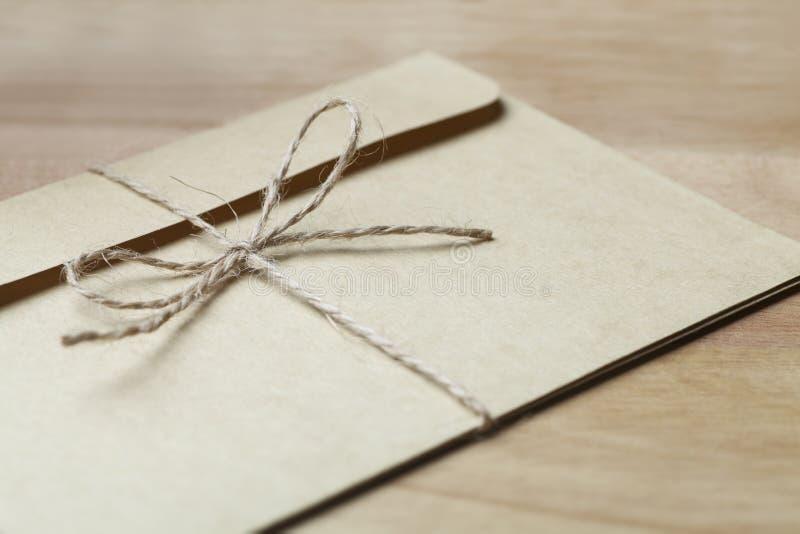 Umschlag gebunden mit Schnur lizenzfreie stockfotografie