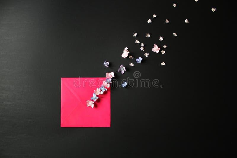Umschlag mit Blumen stockbild