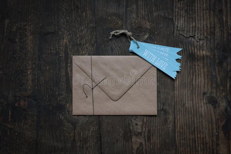 Umschlag mit Liebe lizenzfreie stockfotografie