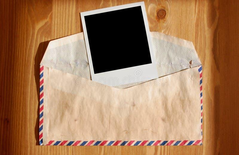 Umschlag und Polaroid lizenzfreies stockfoto