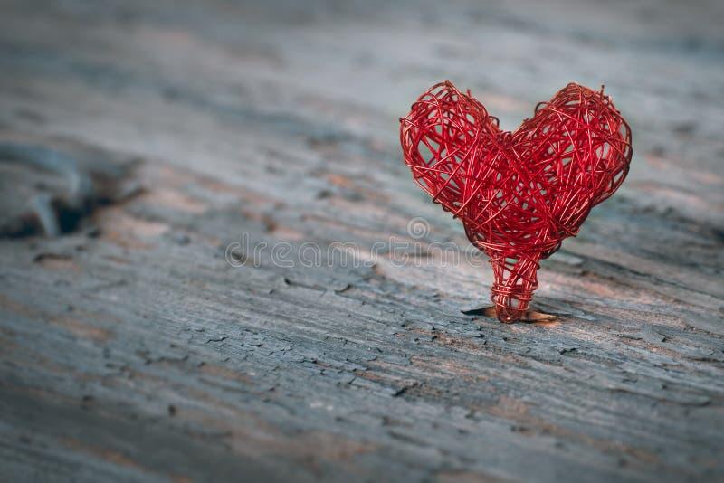 Umsponnenes Herz auf einem schäbigen Hintergrund stockfoto