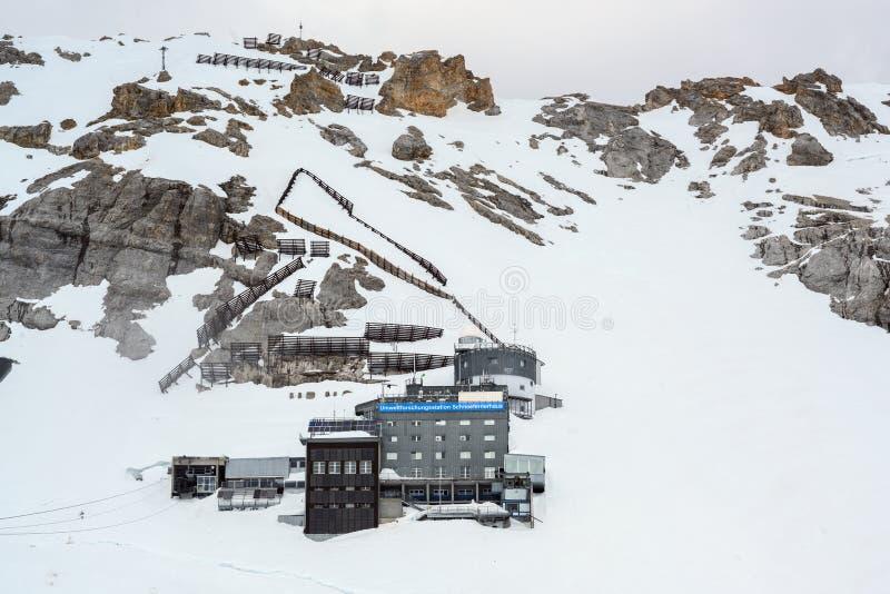 Umweltforschungsstation Schneefernerhaus, que significa el centro de investigación ambiental, en el Zugspitze, la montaña más  foto de archivo libre de regalías