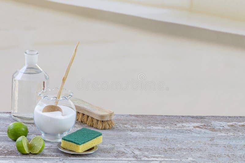 Umweltfreundliche natürliche Reiniger Backnatron, Zitrone und Stoff auf Holztischhintergrund, stockfotografie