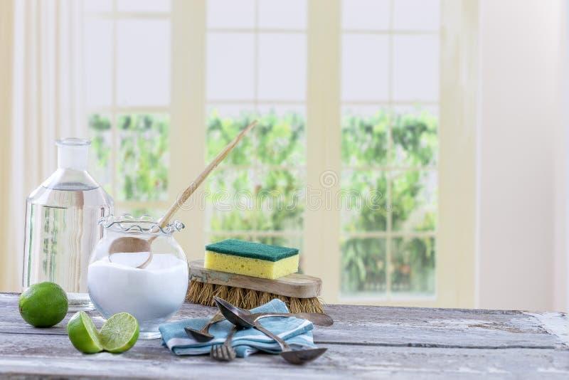 Umweltfreundliche natürliche Reiniger Backnatron, Zitrone und Stoff auf Holztischküchenhintergrund, lizenzfreies stockbild