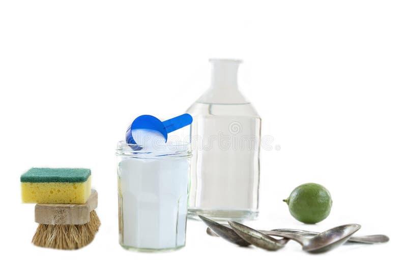 Umweltfreundliche natürliche Reiniger Backnatron, Zitrone und Stoff auf weißem Hintergrund, stockfoto