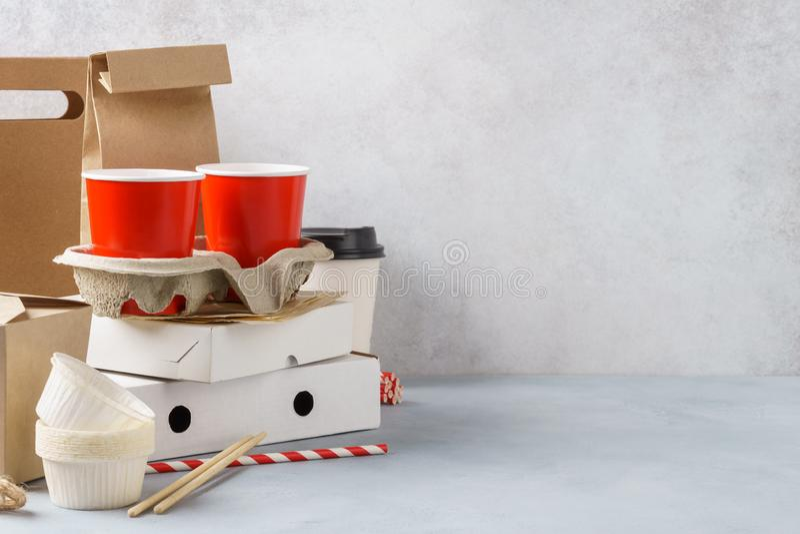 Umweltfreundliches Verpacken der Lebensmittel und Geschirr des Kraftpapiers lizenzfreies stockbild