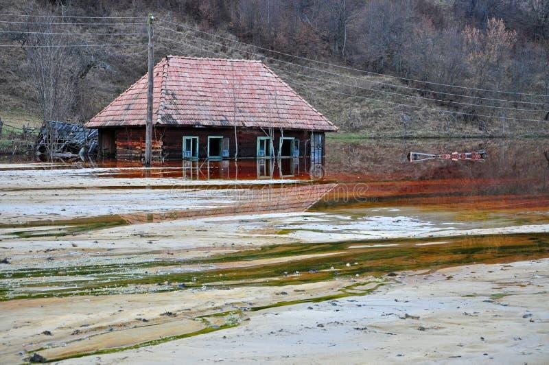 Umweltkatastrophe. Ein verlassenes Dorf überschwemmt durch verunreinigtes wa lizenzfreie stockfotografie