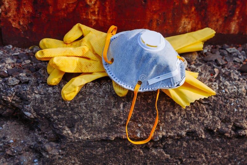 Umweltmaskengesichtsmaskeverkleidung facemask Bitmaske schützende blaue orange rast gelbe glowes veraltete Katastrophe lizenzfreie stockbilder