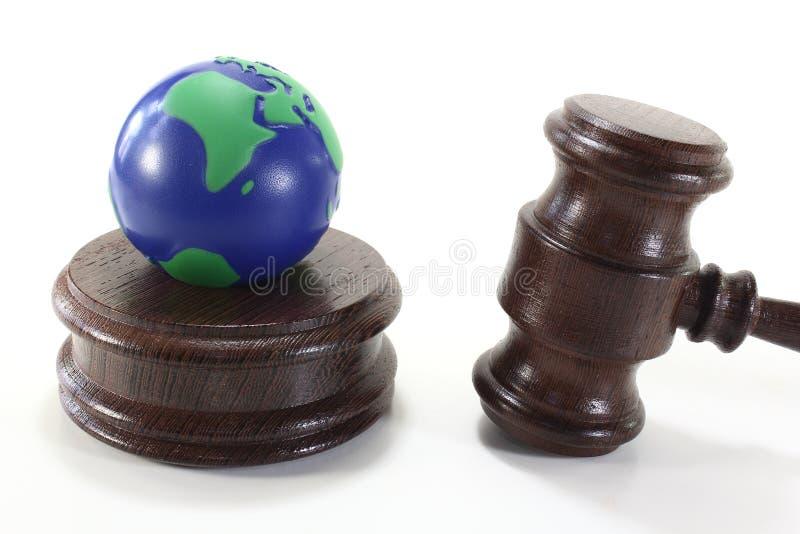 Umweltrecht mit Richter-Hammer und Erde lizenzfreie stockfotos