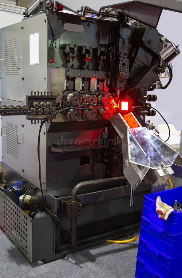 Umwickelnde maschinelle Herstellung des Frühlinges stockfoto