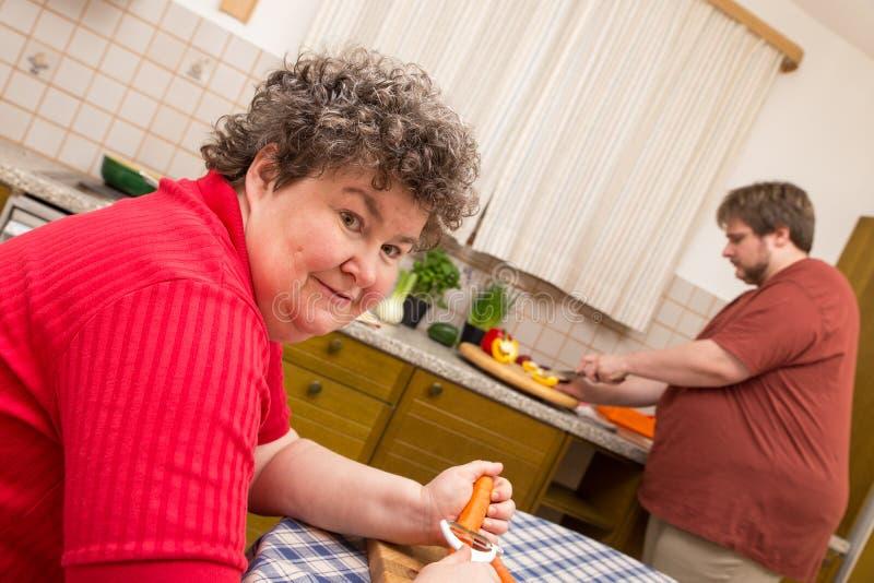 Umysłowo - niepełnosprawna kobieta w kuchni zdjęcia royalty free