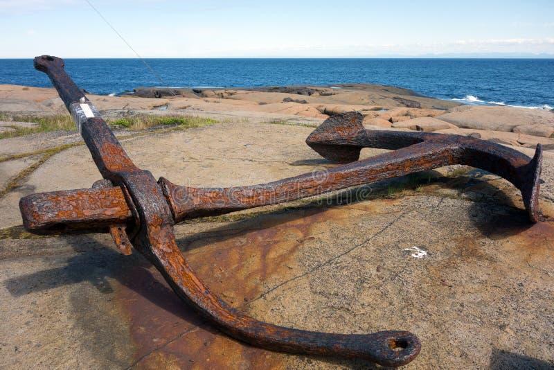 Un'àncora antica in esposizione nella provincia marittima immagini stock