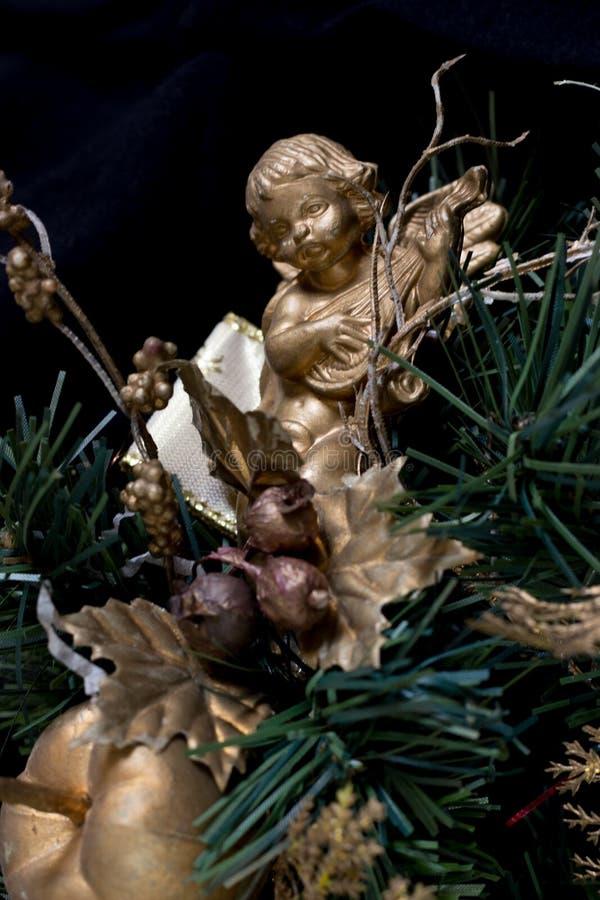 Un ángel en un árbol de navidad fotos de archivo libres de regalías