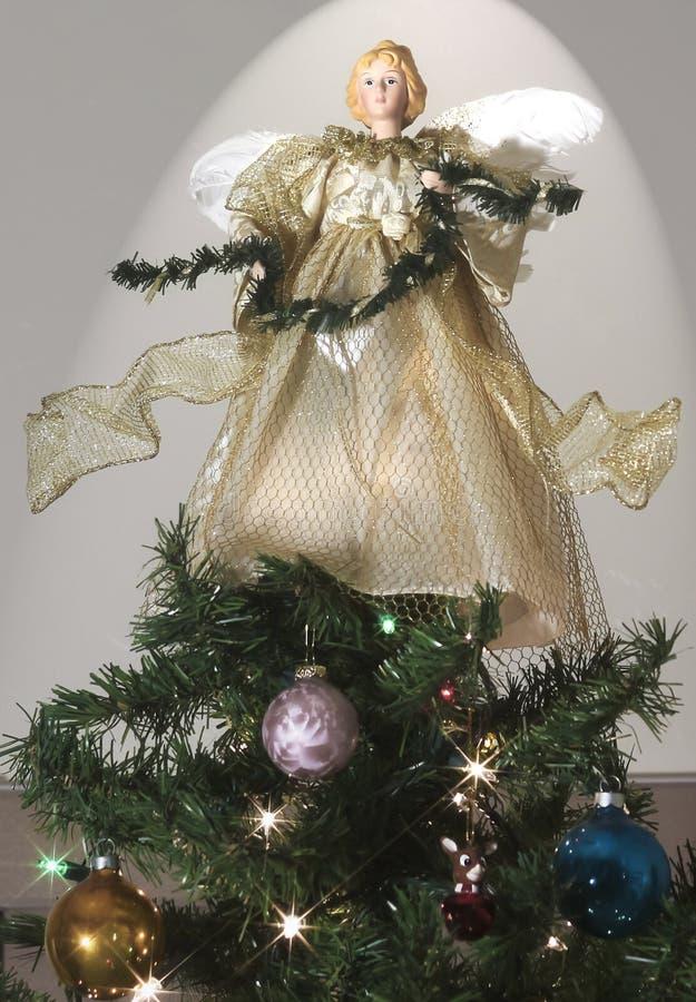 Un ángel encima de un árbol de navidad adornado fotografía de archivo libre de regalías