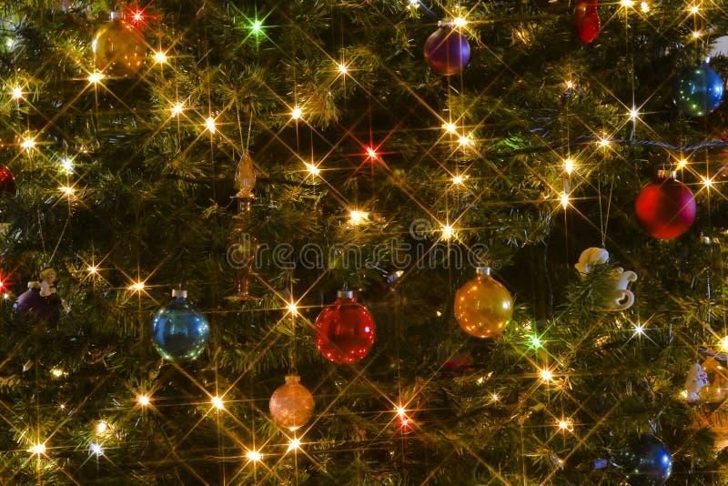 Un árbol de navidad estrellado el Nochebuena imagen de archivo libre de regalías