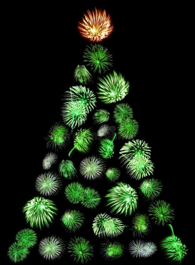 Un árbol de navidad hecho de fuegos artificiales verdes imagen de archivo libre de regalías