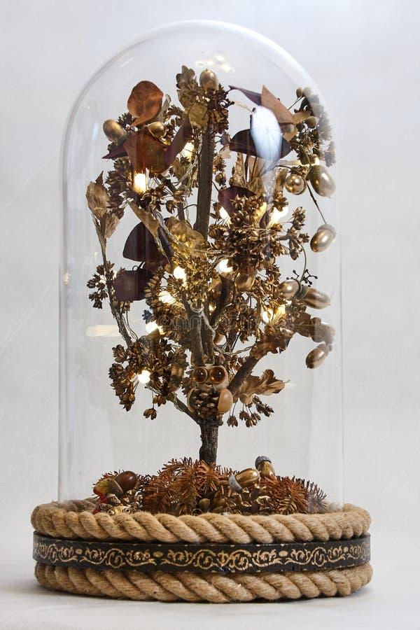 Un árbol mágico debajo de una cúpula de cristal imagen de archivo