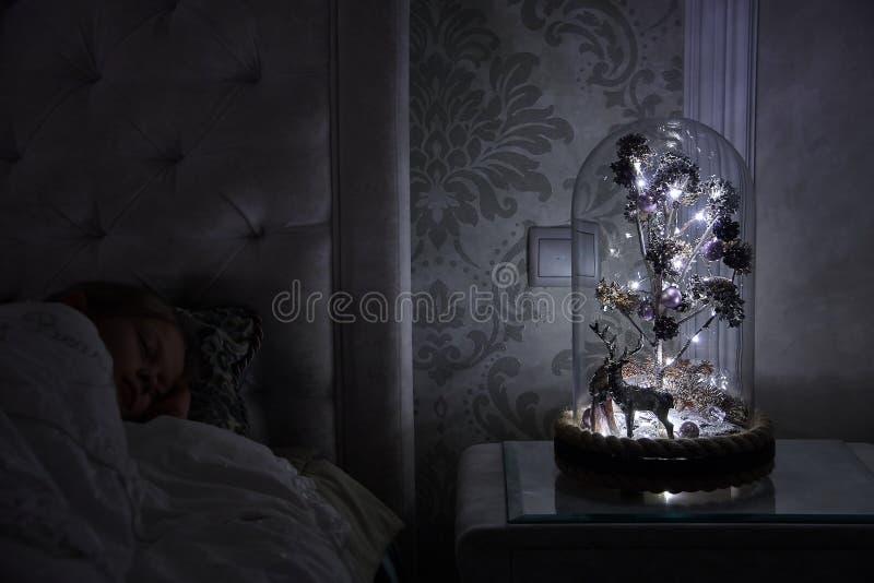 Un árbol mágico debajo de una cúpula de cristal fotos de archivo libres de regalías