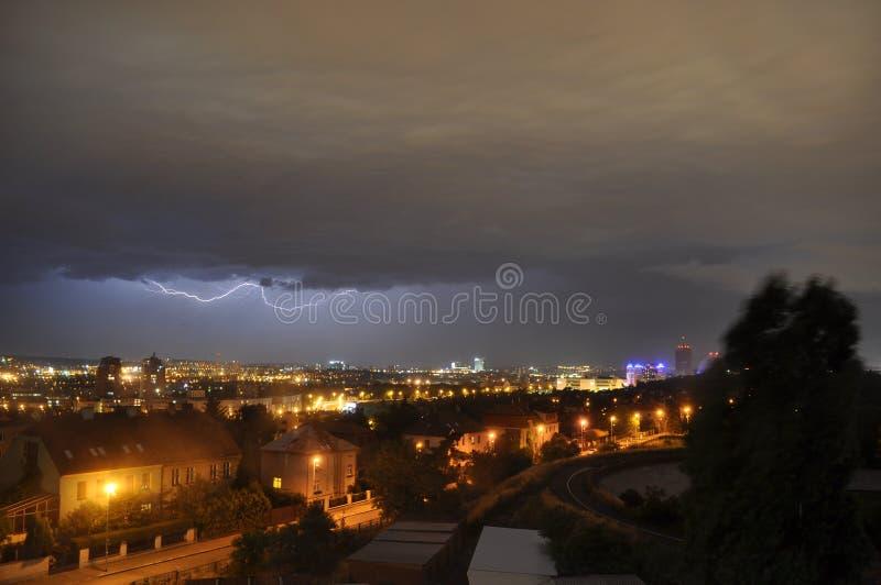 Un éclair au-dessus de la ville photos stock
