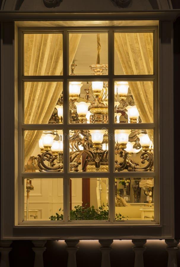 Un clairage classique dans une fen tre de boutique d for Decoration d une fenetre