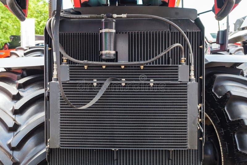 Un élément plus frais de condensateur sur la voiture Fin vers le haut de détail cultivé de photo du radiateur des véhicules à mot photos libres de droits