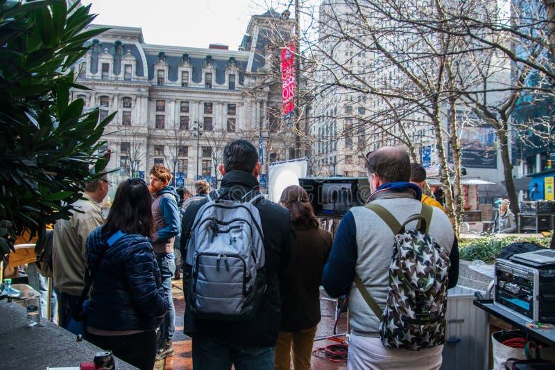 Un équipage de cinéma filmant un message publicitaire sur les rues de ville photos libres de droits