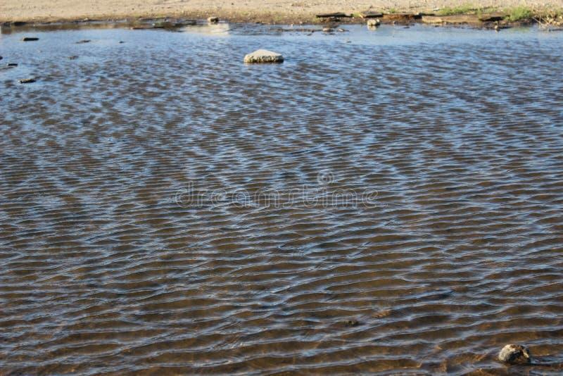 Un étang qui ressemble à un lac photo stock