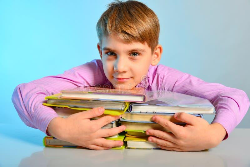 Un étudiant a étreint des manuels avec ses mains, amours joyeux d'un écolier pour apprendre images stock