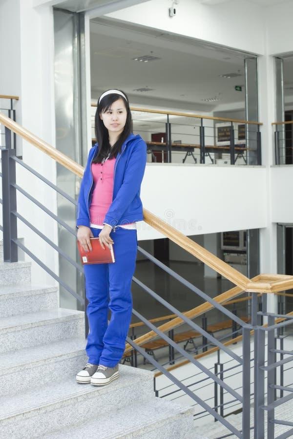 Un étudiant féminin restant sur l'escalier images libres de droits