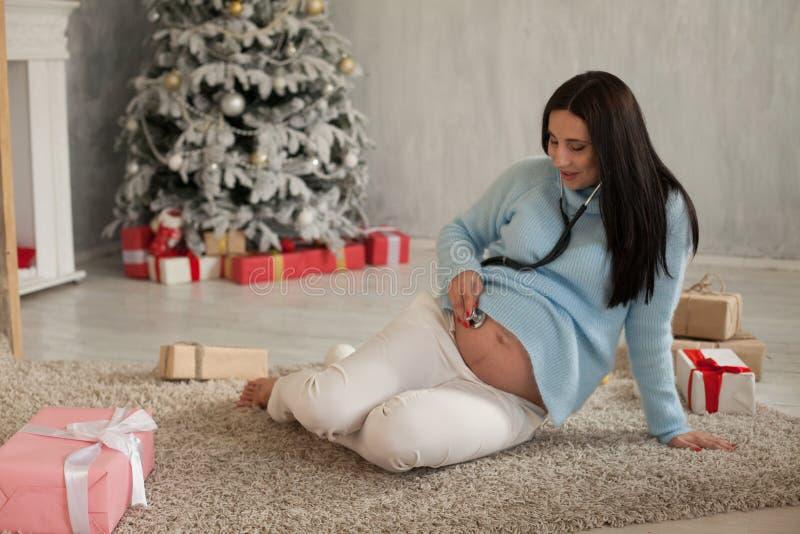 Un Año Nuevo de los regalos de Navidad de la entrega de la mujer embarazada fotos de archivo