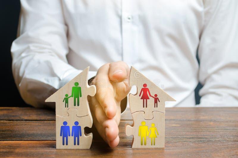 Un abogado comparte una casa o una propiedad entre los temas Concepto del divorcio, proceso de la divisi?n Regulaci?n de las dere fotos de archivo