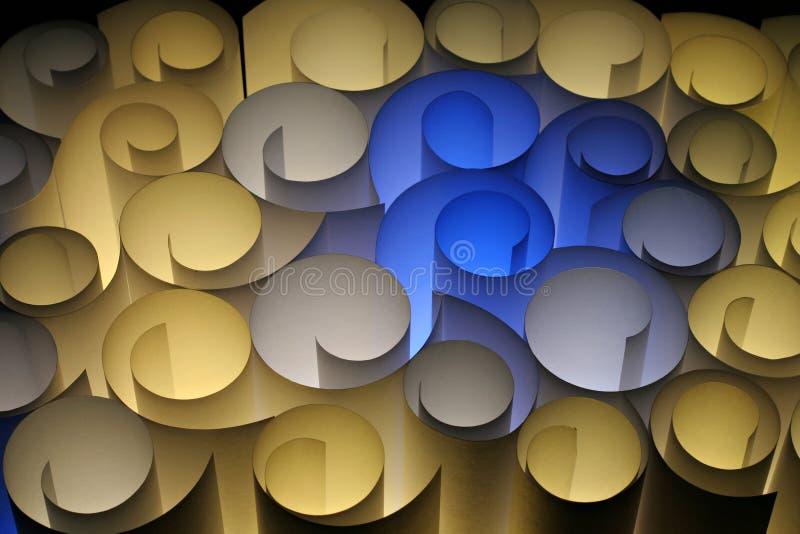 Un abstrait coloré de brun jaune bleu de pirouettes de papier image libre de droits