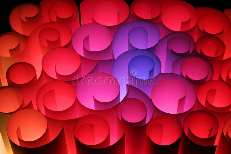 Un abstrait coloré des pirouettes de papier en rouge roses bleus images stock