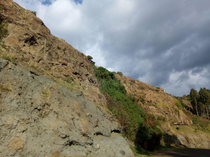 Un acantilado rocoso apenas en el parte posterior de la ciudad de Kapchorwa fotos de archivo libres de regalías