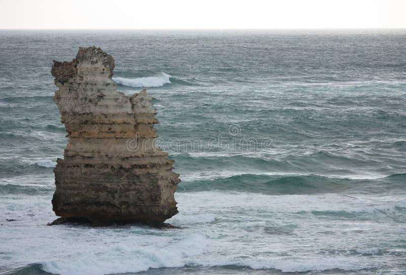 Un acantilado solo en el mar en la bahía de las islas en el gran camino del océano en Australia imagen de archivo