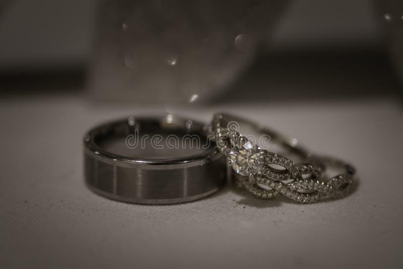 Un accoppiamento degli anelli di cerimonia nuziale fotografia stock