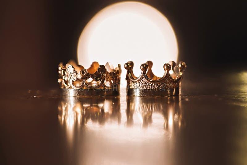Un accoppiamento degli anelli di cerimonia nuziale dell'oro fotografia stock