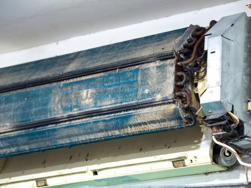 Un acondicionador de aire más viejo en el lavado Después de no mantenerlo durante mucho tiempo Interiores polvorientos y las piez imágenes de archivo libres de regalías