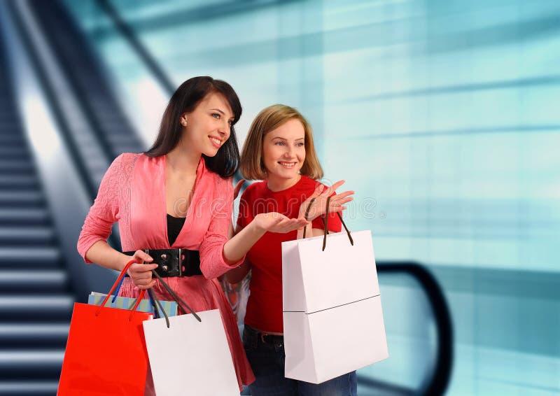Un acquisto delle due giovani donne fotografia stock