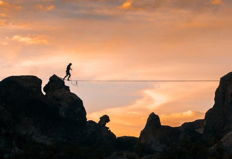 Un acrobata che cammina lo slackline fotografia stock libera da diritti