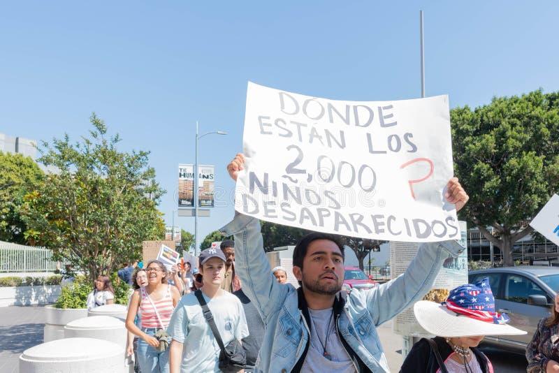 Un activiste tient un signe pendant les familles appartiennent ensemble mars photographie stock libre de droits