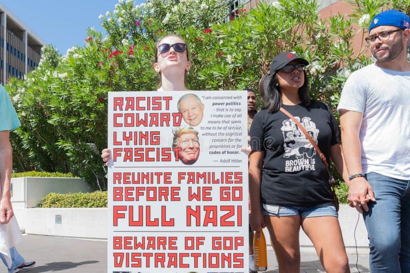 Un activiste tient un signe pendant les familles appartiennent ensemble mars photos stock